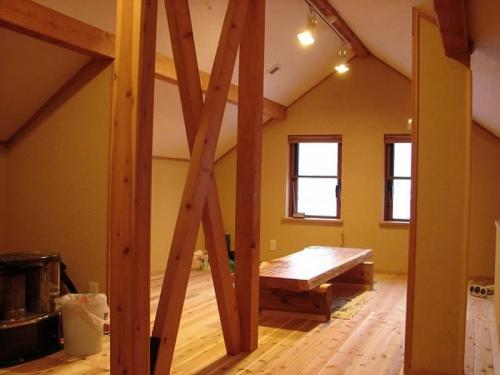 ロフト部分には無垢の杉板を敷きつめ、壁には人に優しい珪藻土を塗っています。