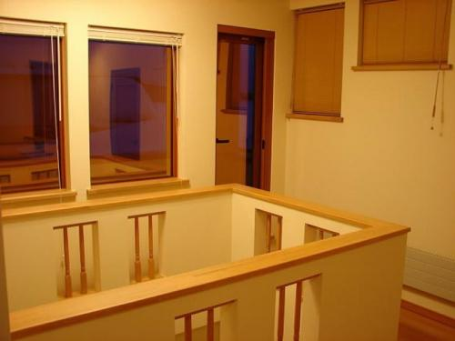 二階ホールは玄関の真上で吹き抜け。開放的な空間になっています。