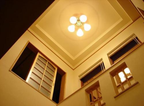 玄関ホールは吹き抜けになっており、とても明るく開放的です。