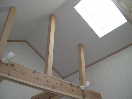 ホール、階段上には天窓。穏やかな日差しが降りそそぎます。