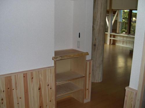 ちょっとしたスペースを利用した電話置き場と棚です。