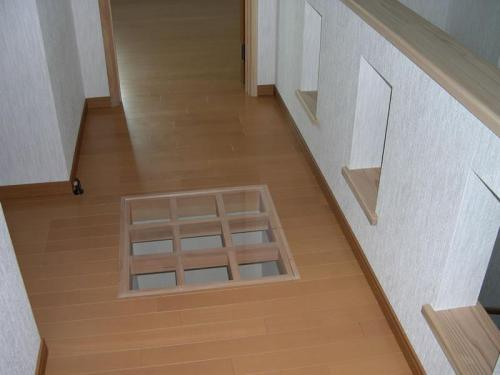 天窓の明かりが一階まで届くように二階廊下にも一工夫してあります。