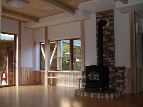 広い空間も無垢の木々と薪ストーブで、隅々まで温かい空間です。