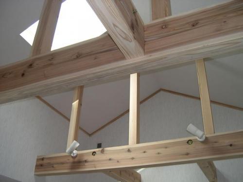 二階階段ホールの吹き抜けは無垢の杉の梁を現しにし、開放感を持たせています。