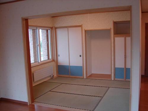 居間に隣接する和室です。襖の柄と和室にこだわらない壁紙でお客様をもてなします。
