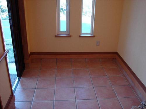 玄関タイルは輸入物のテラコッタタイル。角が丸みをおびており、色合いとともに優しい風合いを出しています。