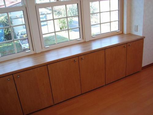 出窓を利用した作り付けの収納です。ちょっとした小物や本などの収納に威力を発揮です。
