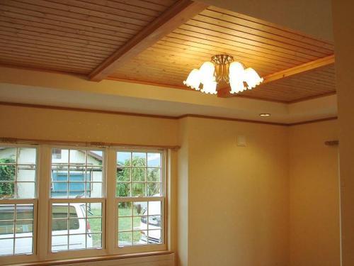 リビングの天井は梁を現し、少し高さをアップ。少し天井高が上がるだけで開放的な空間に!
