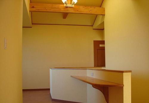 二階ホール部分にはちょとしたカウンター。家族で使えるフリースペースにもなります。