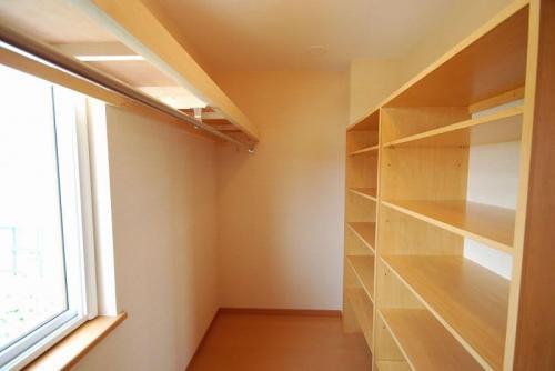 寝室に隣接したクローゼット。棚の高さも自由にでき、衣類の収納もバッチリ。