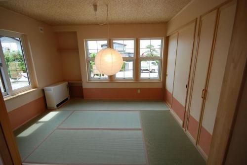 LDKと続きの和室です。お客様をお迎えするお部屋にもなり、畳の心地よさを感じられます。