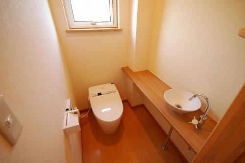 トイレには作り付けの手洗いと一体のカウンター。小物や本を置いて楽しめる空間です。