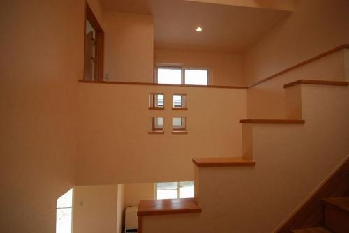 二階ホール、階段手すりに遊び心。チョッとした小物も置けそうです。
