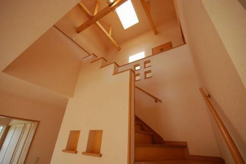 リビングから続きの階段には飾り棚を取り付け、天窓から直接リビングまで日ざしが入ります。