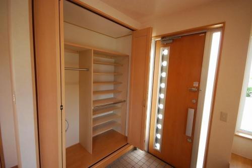 玄関に隣接するクローゼットも作り付け。靴の収納だけでなくコートや小物も自由にアレンジして収納できます。
