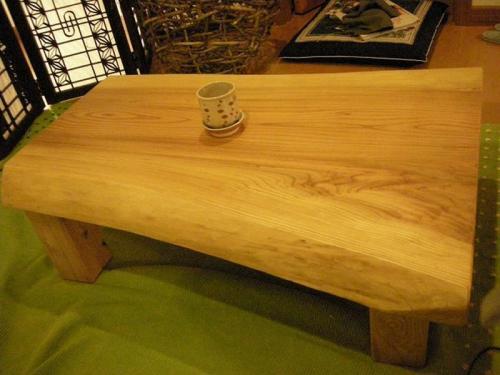 無垢の杉のテーブルです。一手間かけることで肌触りのよいテーブルの出来上がり!