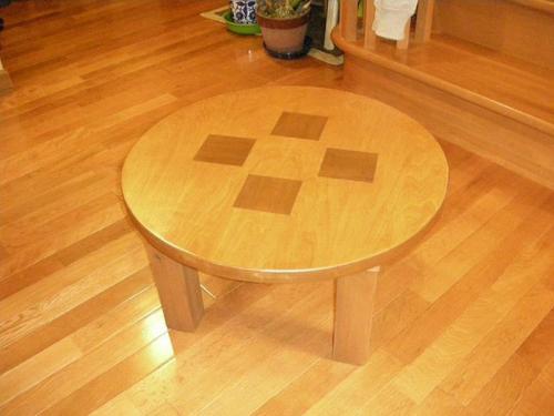 このテーブルは現場で残ったシナベニアを使って。中に別の素材の木を埋め込んでみました。